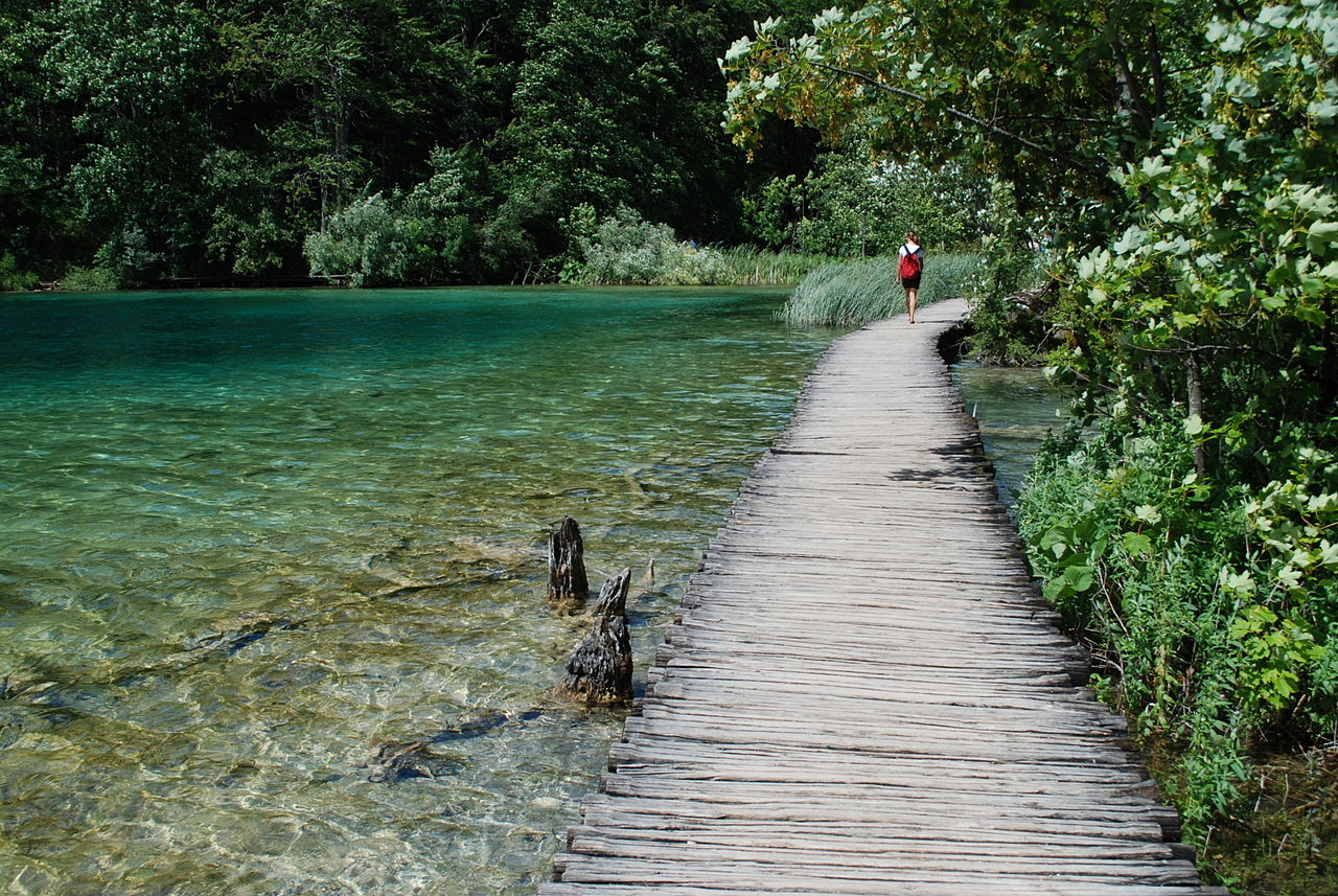1280px-Wooden_path_along_the_lake_Galovac