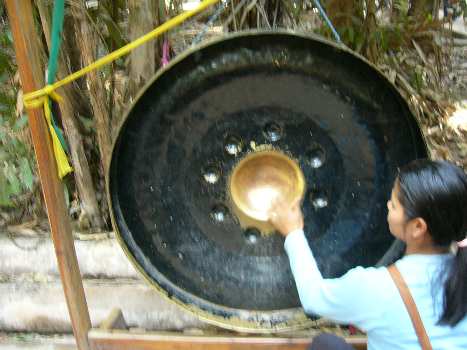 Gong_and_buddhist_woman